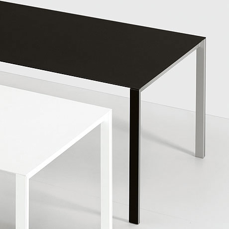 thin k ausziehbarer aluminium tisch von kristalia. Black Bedroom Furniture Sets. Home Design Ideas