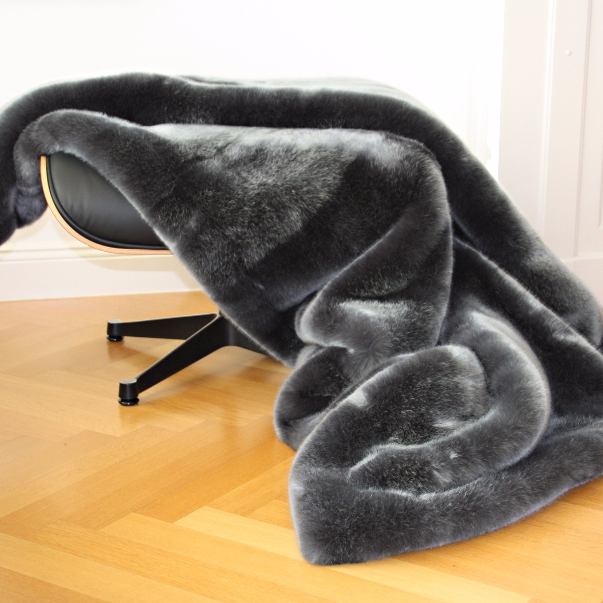 webpelz plaid kissen sehhund grau von carma. Black Bedroom Furniture Sets. Home Design Ideas