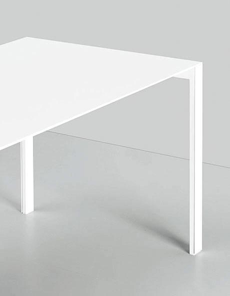thin k ausziehbarer aluminium tisch von kristalia. Black Bedroom Furniture Sets. Home Design Ideas